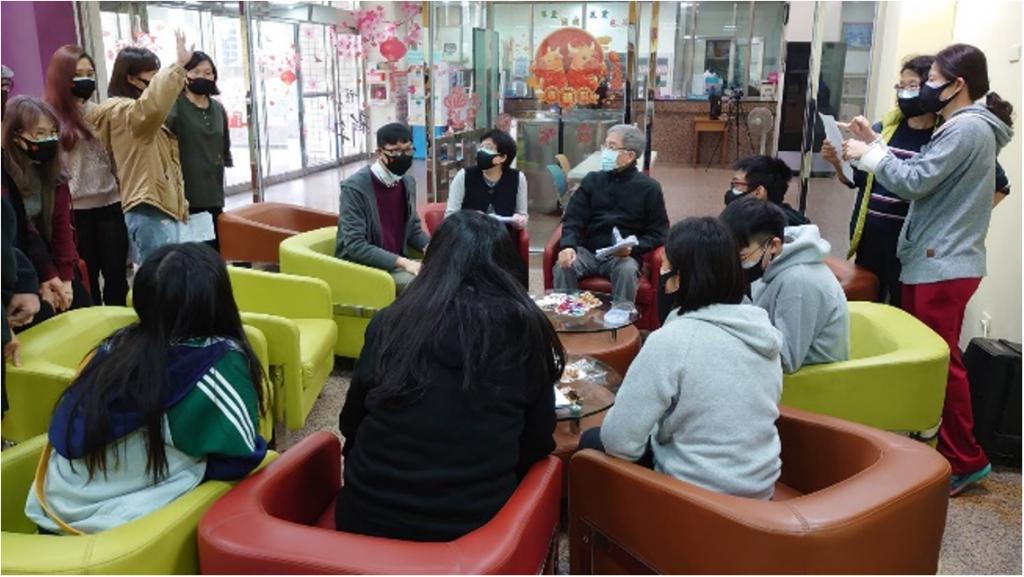 境外學生受疫情影響滯台過年,校長、副校長與境外學生相互分享自己國家的新年,現場感受溫馨的團圓味。