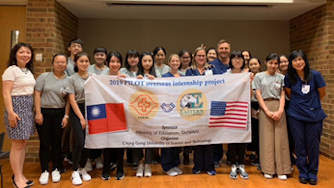 美國東密西根大學海外學習課程師生合影。